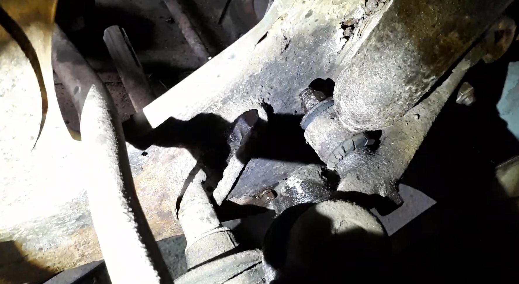 Mörk-demontering-nedre-främre-stötdämparinfästning